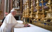 Il Papa depone un omaggio floreale sull'altare