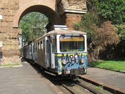 Immagine 4 : Treno che passa soto gli archi a Porta Maggiore