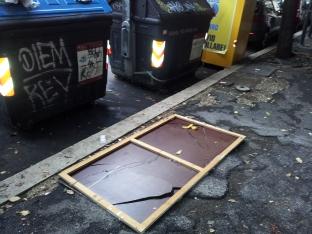 Specchio buttato per terra