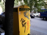 Sgorbi sul cassonetto giallo