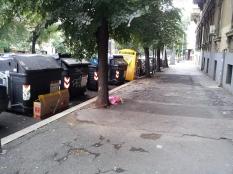 Visione d'insieme dei cassonetti a viale Manzoni