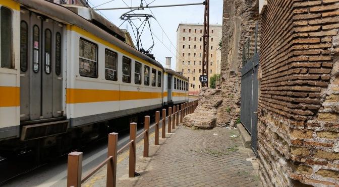 """""""Roma-Giardinetti, la ferrovia con i treni vecchi di ottanta (no, novanta) anni""""."""