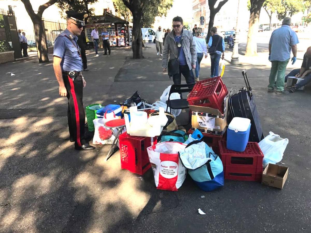 21/09/17 Stazione Termini, la Polizia dI Roma Capitale e i Carabinieri intervengono su mercatino abusivo