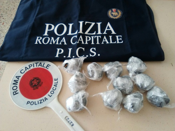 Parco di Colle Oppio, pattuglia arresta pusher