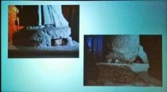 Figura 4: Anche assi di legno sotto la statua