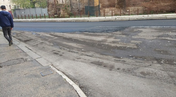 Finalmente iniziati i lavori per riparare le buche a via Giolitti!