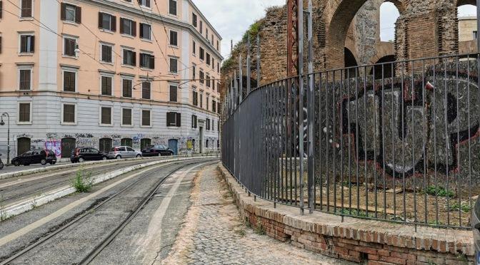 Finalmente una nuova recinzione  per il cd. Tempio di Minerva Medica. Ma la sicurezza rimarrà una chimera  fin quando  il trenino passerà a pochi centimetri dal monumento