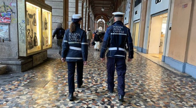 Esquilino, proseguono i controlli da parte della Polizia Locale. Intervento a piazza Vittorio: identificate 20 persone e attivate le procedure di assistenza