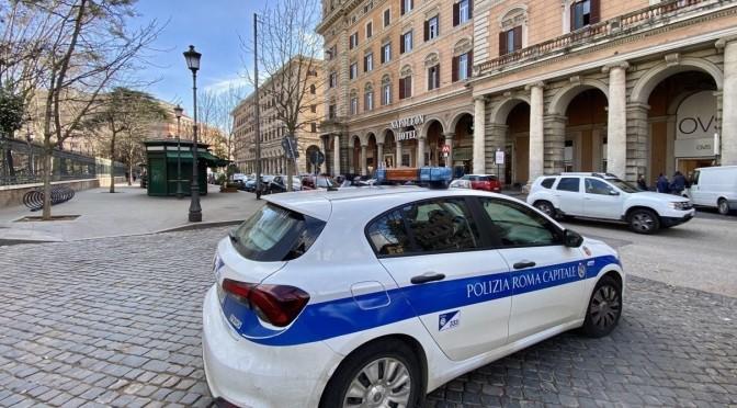 Piazza Vittorio, pattuglia Polizia Locale sorprende un uomo intento a rubare all'interno di un veicolo. Arrestato