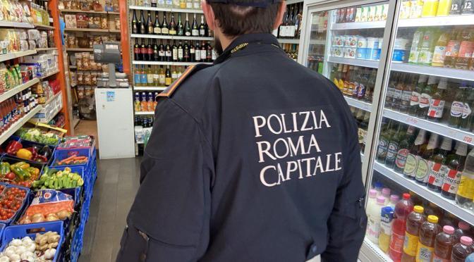 Controlli anti-Covid e vendita irregolare di alcol, verifiche a tappeto della Polizia Locale nei minimarket. In zona Termini chiuso un esercizio già diffidato nei giorni scorsi.